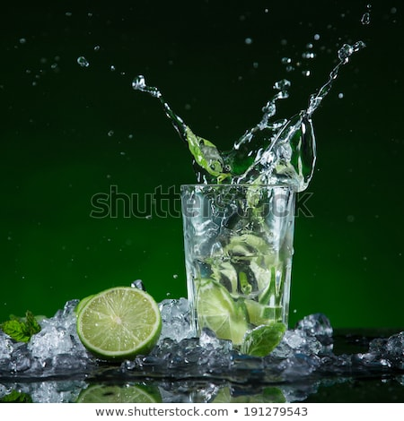 frío · beber · vidrio · alcohol · blanco · fondo - foto stock © fisher