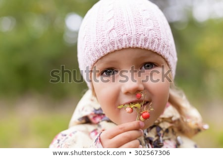 kisgyerek · eszik · vad · eprek · erdő · gyermek - stock fotó © is2