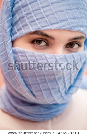 Fiatal iszlám csinos nő barna szemek néz pózol Stock fotó © pressmaster