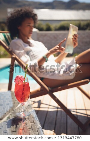 Glas Cocktail Tabelle Frau digitalen Stock foto © wavebreak_media