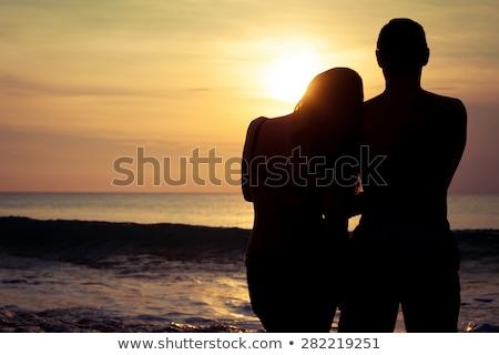 Kettő szerelmespár naplemente tengerpart trópusi pálmafák Stock fotó © pkdinkar