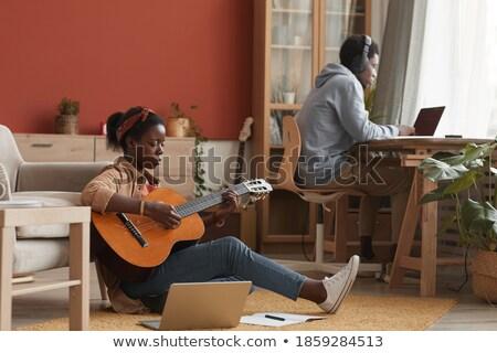 relajante · sesión · sofá · jugando · guitarra · acústica - foto stock © monkey_business