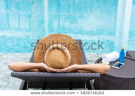 bella · ragazza · messaggio · smartphone · spiaggia · internet · donna - foto d'archivio © deandrobot