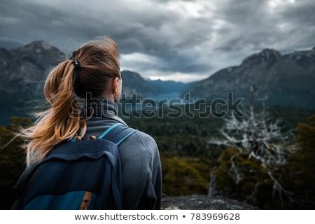 Turysta stałego skał jezioro człowiek krajobraz Zdjęcia stock © IS2