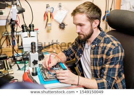 Jonge ernstig monteur twee touchpad Stockfoto © pressmaster
