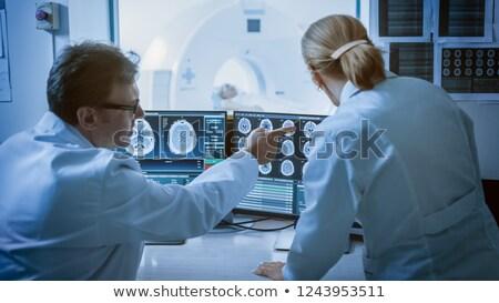 Mri machine scherm tonen resultaten diagnose Stockfoto © robuart
