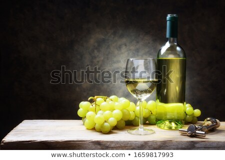 vino · bottiglie · uve · tavolo · in · legno · top · view - foto d'archivio © -baks-