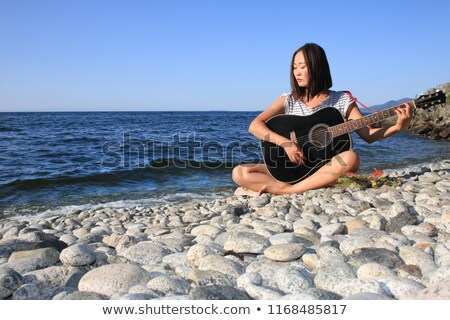 Femme jouer guitare acoustique lac photo jeune femme Photo stock © sumners