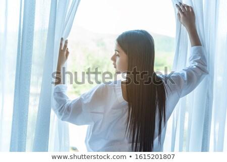 Pozytywny dojrzały mężczyzna kobieta stałego okno wewnątrz Zdjęcia stock © pressmaster