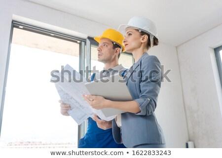 Projektu właściciel pracownik budowlany akceptacja jakości pracy Zdjęcia stock © Kzenon
