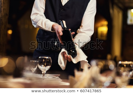 Wijn De ober werk Maakt een reservekopie dienst jonge Stockfoto © photography33