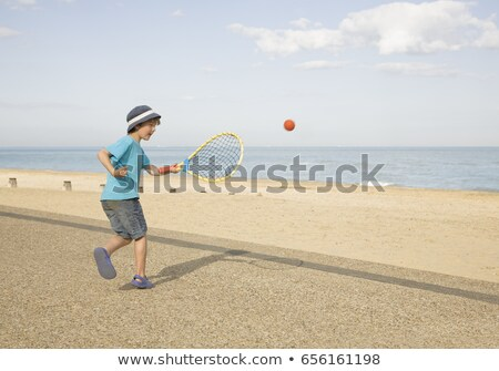 Menino jogar tênis passeio público praia viajar Foto stock © IS2