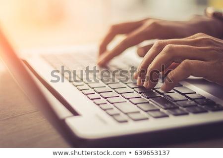 Foto d'archivio: Mano · laptop · primo · piano · business · computer · tecnologia