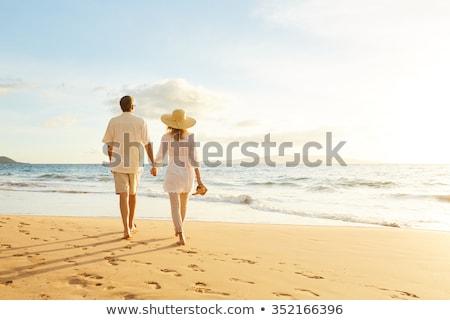 Pareja · caminando · playa · tomados · de · las · manos · hombre · sonriendo - foto stock © Maridav