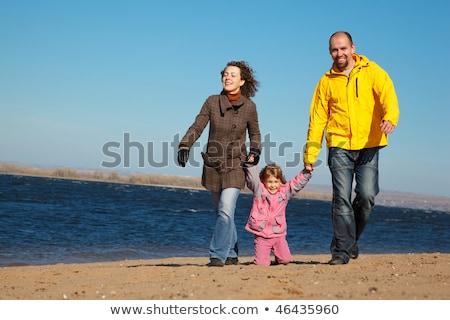 Rodziny trzy osoby spaceru plaży słoneczny jesienią Zdjęcia stock © Paha_L