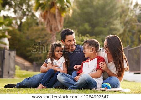 Rodziny posiedzenia wraz ogród człowiek matka Zdjęcia stock © IS2
