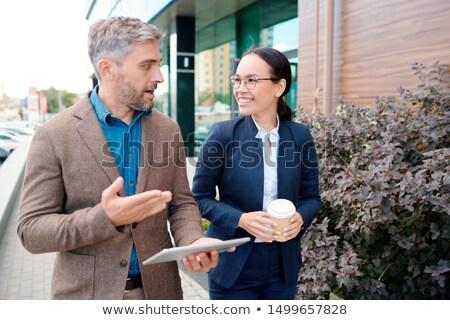 ストックフォト: 2 · ビジネスマン · 見える · デジタル · タブレット · 笑みを浮かべて