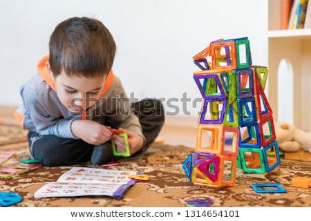 Weinig glimlachend jongen spelen magnetisch speelgoed Stockfoto © galitskaya