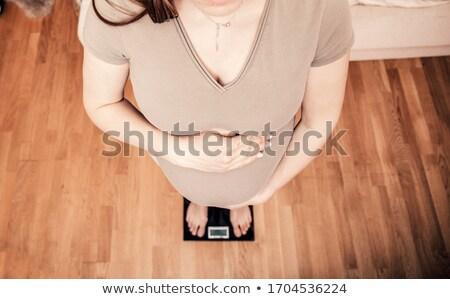 Foto stock: Mulher · grávida · peso · escala · mãos · estômago