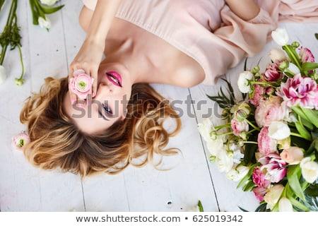 joven · ramo · flores · día · de · san · valentín · fotos - foto stock © deandrobot