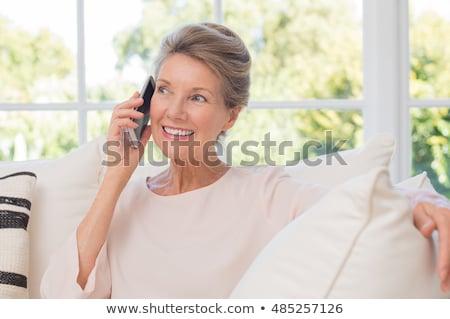シニア 女性 呼び出し スマートフォン ホーム 技術 ストックフォト © dolgachov