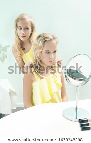mulher · colar · pérolas · olhando · dinheiro · menina - foto stock © pzaxe