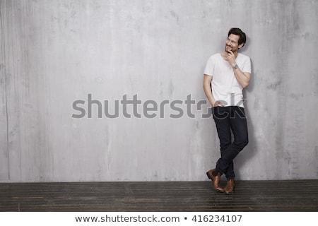 Casuale uomo gambe incrociate mano tasca Foto d'archivio © feedough