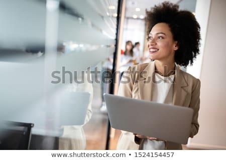 красивая · женщина · служащий · молодые · глядя · белый · женщину - Сток-фото © pressmaster