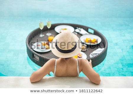 Café da manhã bandeja piscina flutuante luxo hotel Foto stock © galitskaya