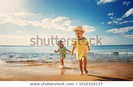 meisje · spelen · zand · kust · strand · portret - stockfoto © phbcz