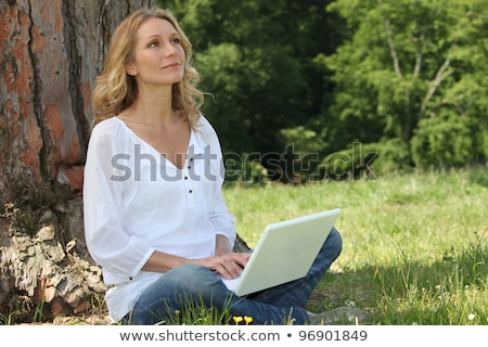 Blond vrouw boom laptop diep dacht Stockfoto © photography33