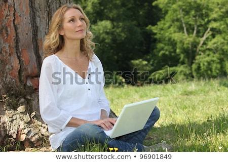 女性 · ツリー · 屋外 · 笑い · 草 - ストックフォト © photography33