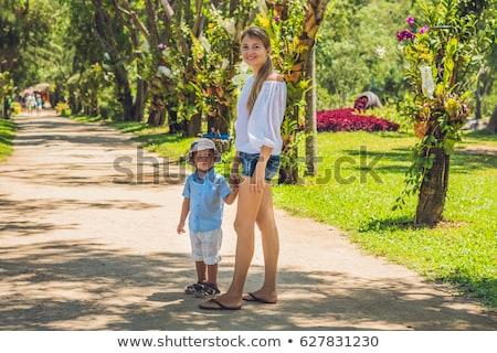 Moeder zoon lopen tropische park vrouwen Stockfoto © galitskaya