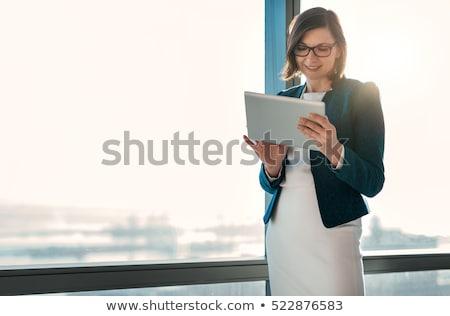 アジア · 若い女性 · 作業 · 携帯電話 · ショップ - ストックフォト © witthaya