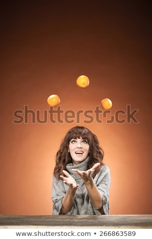 Feliz sorridente mulher jovem malabarismo laranjas jardim Foto stock © HASLOO