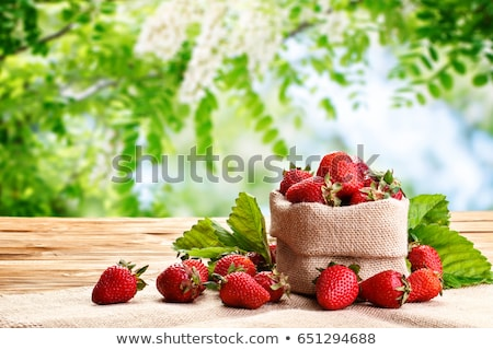 Juteuse fraises organique table en bois fraise Photo stock © nessokv
