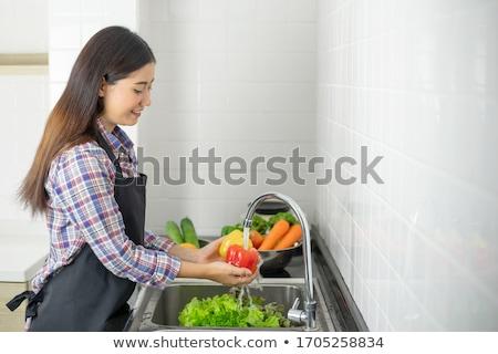 Vrouw wassen vruchten wastafel home keuken Stockfoto © dashapetrenko