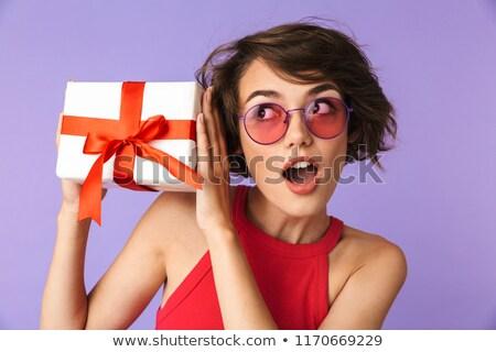 Foto nieuwsgierig vrouw 20s zonnebril Stockfoto © deandrobot