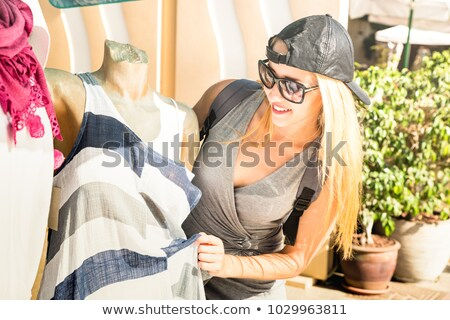 Aantrekkelijke vrouw warm kleding luisteren muziek straat Stockfoto © deandrobot