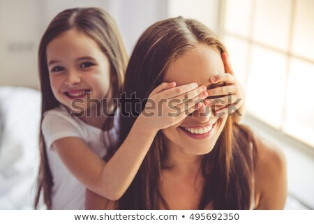Surpresa mãe bonitinho little girl beijando pequeno Foto stock © MilanMarkovic78