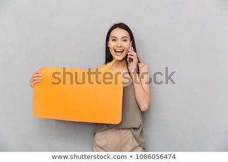 foto · glimlachend · brunette · vrouw · shirt · praten - stockfoto © feedough