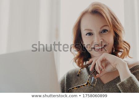 Güzel zencefil işkadını çevrimiçi web dizüstü bilgisayar Stok fotoğraf © vkstudio