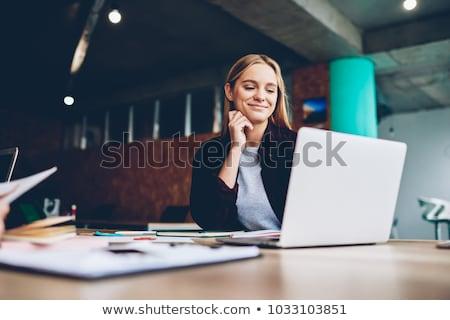 молодые · женщины · рабочих · ноутбука · служба · улыбаясь - Сток-фото © nyul