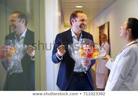 iki · doktorlar · ayakta · koridor · bakıyor · kamera - stok fotoğraf © is2