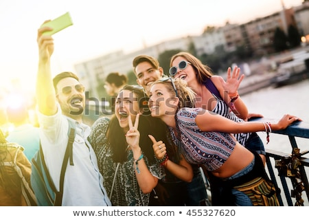 Groep gelukkig vrienden mobiele telefoon reizen Stockfoto © dolgachov