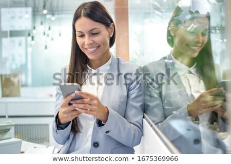 Jovem corporativo mulher telefone móvel sorridente preto e branco Foto stock © dash