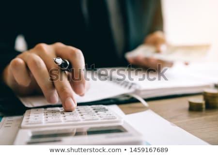 投資家 手 電卓 株式市場 取引 男 ストックフォト © Kurhan