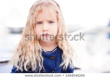 Porträt böse junge Mädchen lockiges Haar Geschrei Handy Stock foto © deandrobot