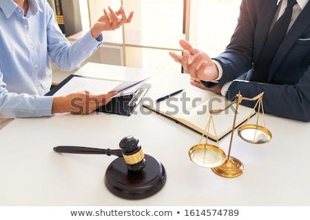 Juridische raad presenteert cliënt onderhandelen contract Stockfoto © snowing