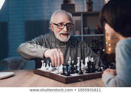 hombre · jugando · ajedrez · tablero · de · ajedrez · pensando · estrategia - foto stock © photography33